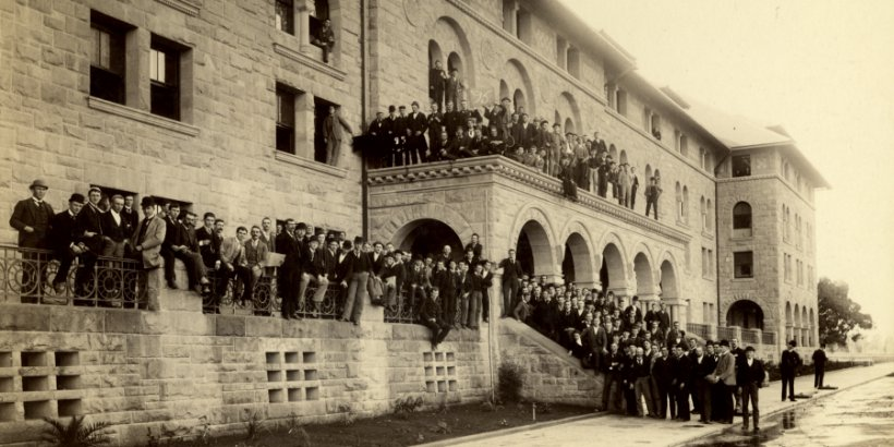 Stanford students pose outside of Encina Hall for a photo.