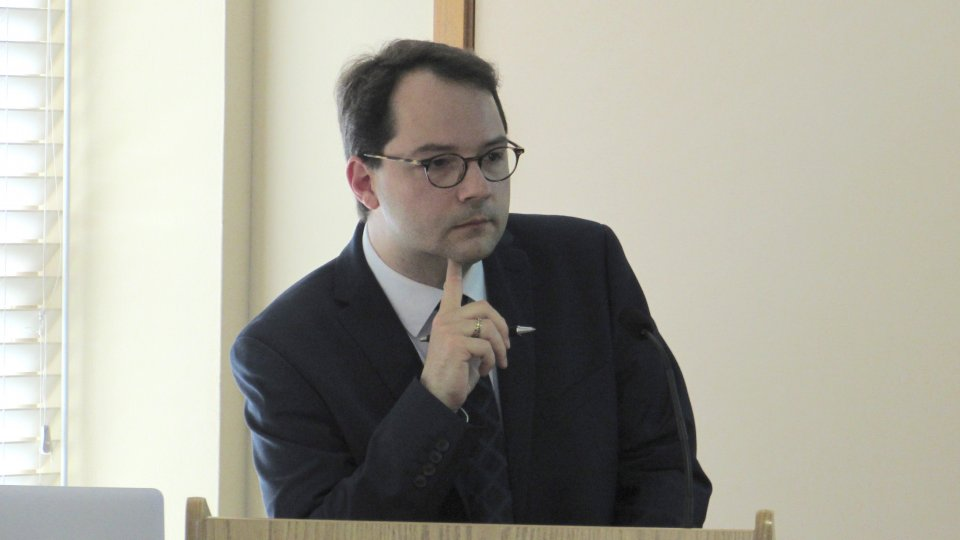 Shorenstein APARC Visiting Scholar Dominik Müller speaking at a podium