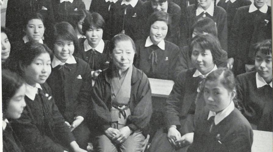 Kimi Takagi with students