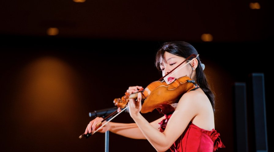 Sumire Hirotsuru performing in Tokyo; photo courtesy Sumire Hirotsuru
