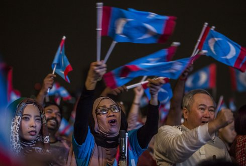 Supporters of Mahathir Mohamad, chairman of Malaysia's opposition 'Pakatan Harapan' (The Alliance of Hope) attend an election campaign rally on May 6, 2018 in Kuala Lumpur, Malaysia.