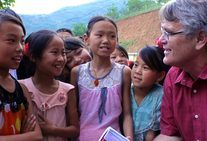 Scott Rozelle speaks to a group of children in rural China.