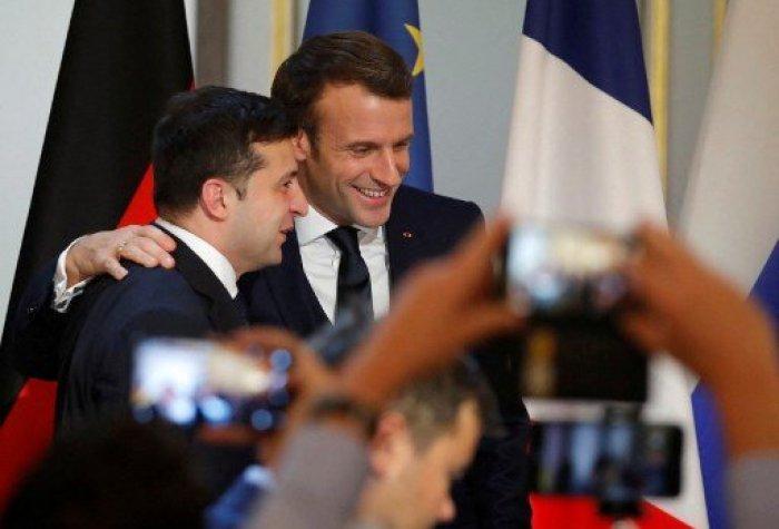Ukraine's President Volodymyr Zelenskiy (L) and French President Emmanuel Macron