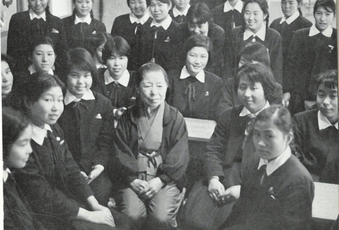 Kimi Takagi with students