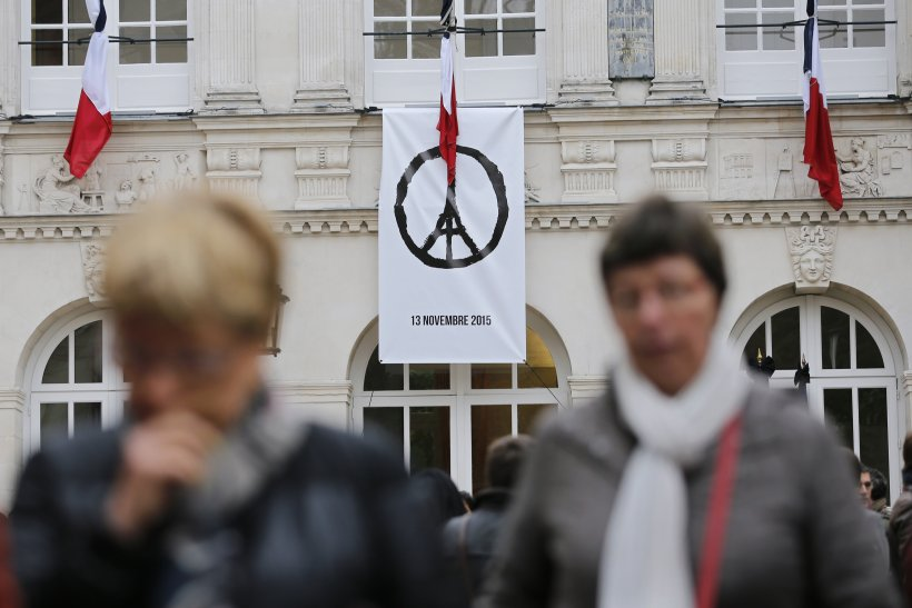 """Image of A banner with the drawing """"Peace for Paris"""" of French artist Jean Jullien."""
